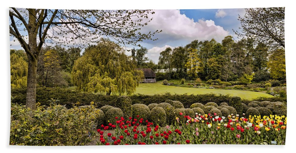 England Hand Towel featuring the photograph Grounds At Leeds Castle by Jon Berghoff