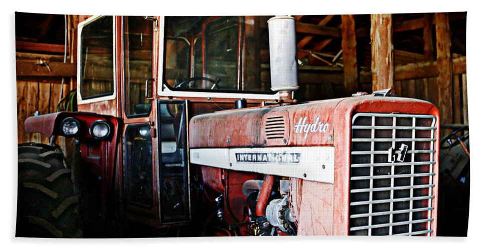 Cherryvale Bath Sheet featuring the photograph Happy Harvestor Tractor by Marilyn Hunt