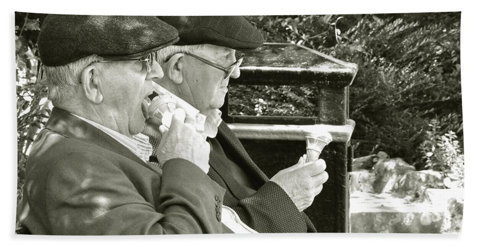 Old Hand Towel featuring the photograph Ice Cream In The Park by Rob Hawkins