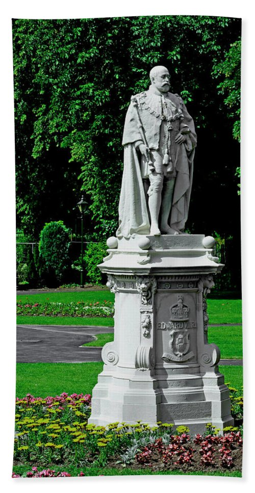 Lichfield Bath Sheet featuring the photograph King Edward Vii Statue - Lichfield by Rod Johnson