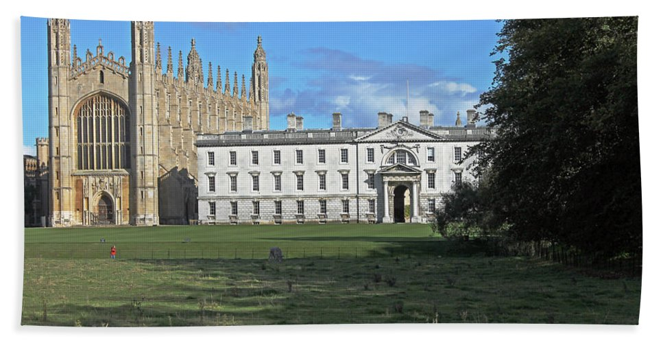 Cambridge Hand Towel featuring the photograph Kings College Chapel And The Gibbs Building by Tony Murtagh