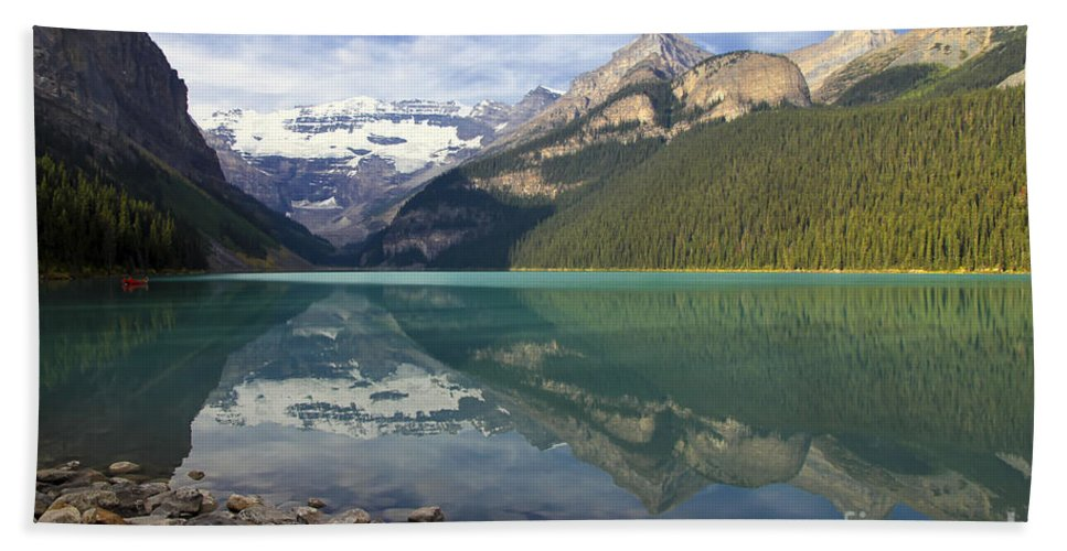 Lake Louise Hand Towel featuring the photograph Lake Louise Splendour by Teresa Zieba