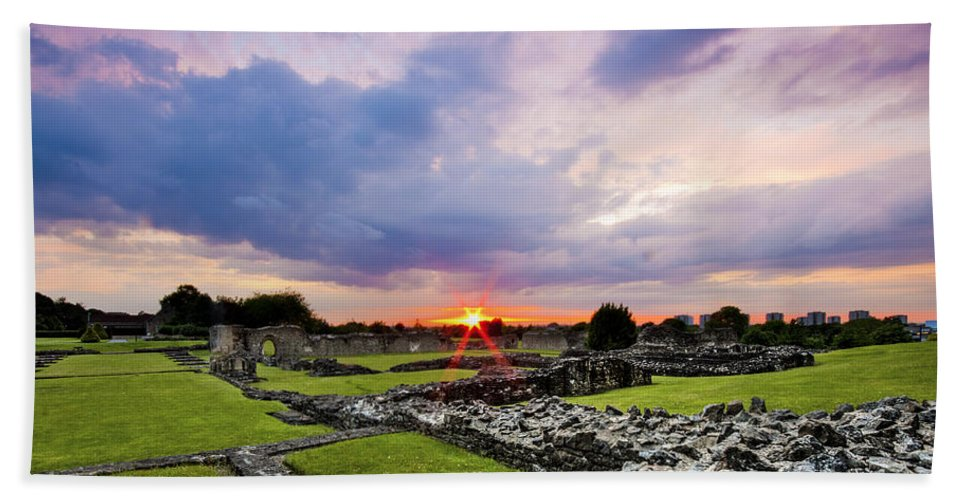 Lesnes Abbey Ruins Hand Towel featuring the photograph Lesnes Abbey Ruins Sunset by Dawn OConnor