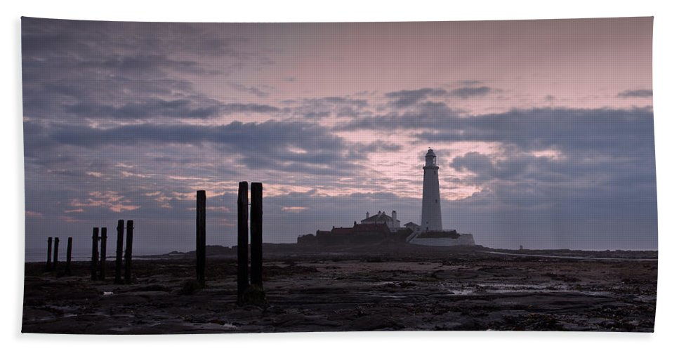 St Marys Lighthouse Bath Sheet featuring the photograph Lighthouse At Low Tide II by David Pringle