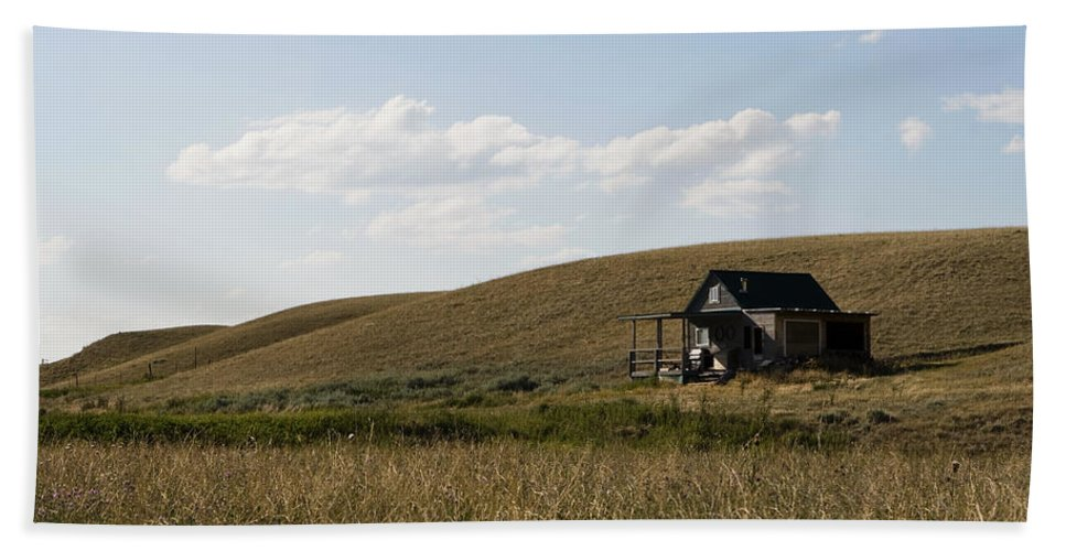Farmhouse Bath Towel featuring the photograph Little House On The Plains by Lorraine Devon Wilke
