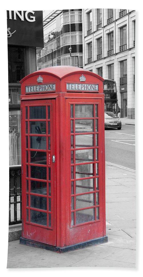 Telephone Box Bath Sheet featuring the photograph London Phone Box by Dawn OConnor