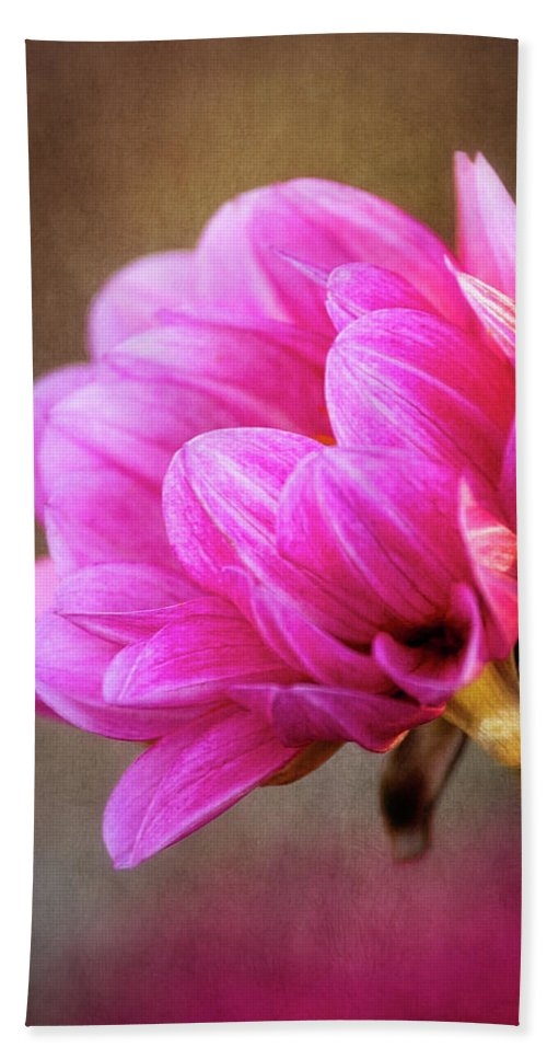 Flower Bath Sheet featuring the photograph Nature's Effulgence by Dale Kincaid