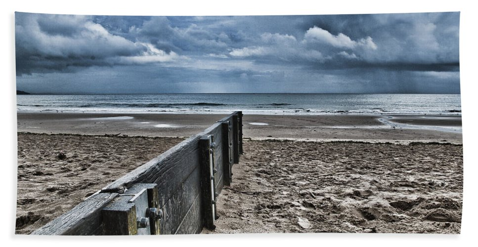 Groyne Hand Towel featuring the photograph Out To Sea by Steve Purnell