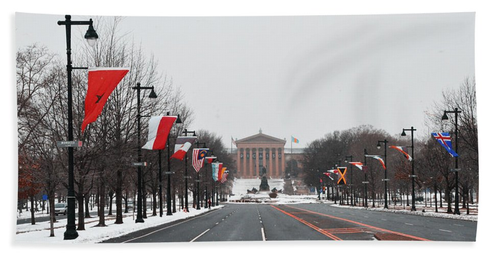 Philadelphia Parkway In The Snow Bath Sheet featuring the photograph Philadelphia Parkway In The Snow by Bill Cannon
