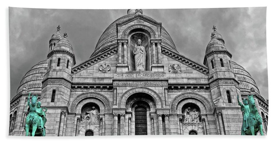 Sacre Coeur Bath Sheet featuring the photograph Sacre Coeur Montmartre Paris by Dave Mills