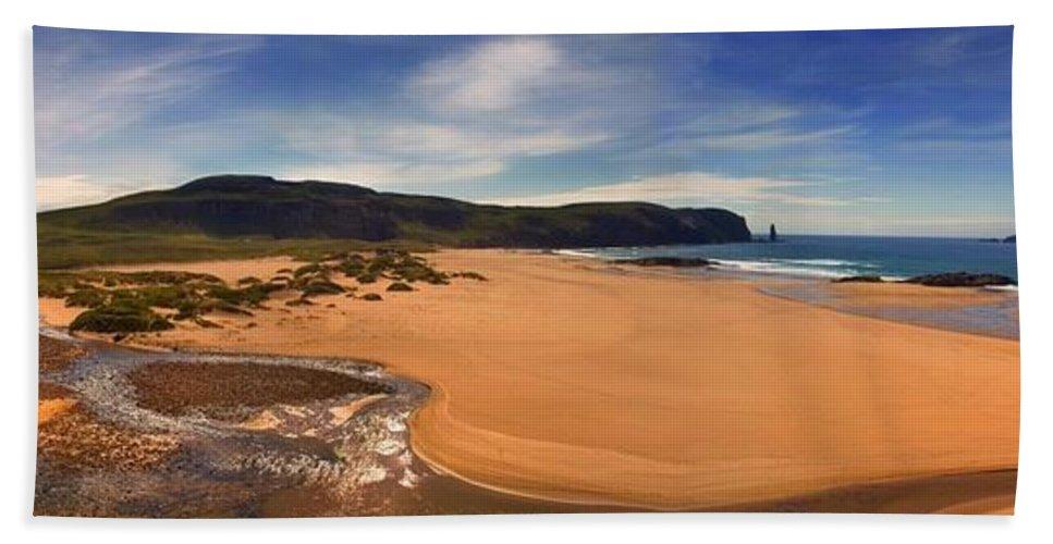 Sandwood Bay Hand Towel featuring the photograph Sandwood Bay by Joe Macrae