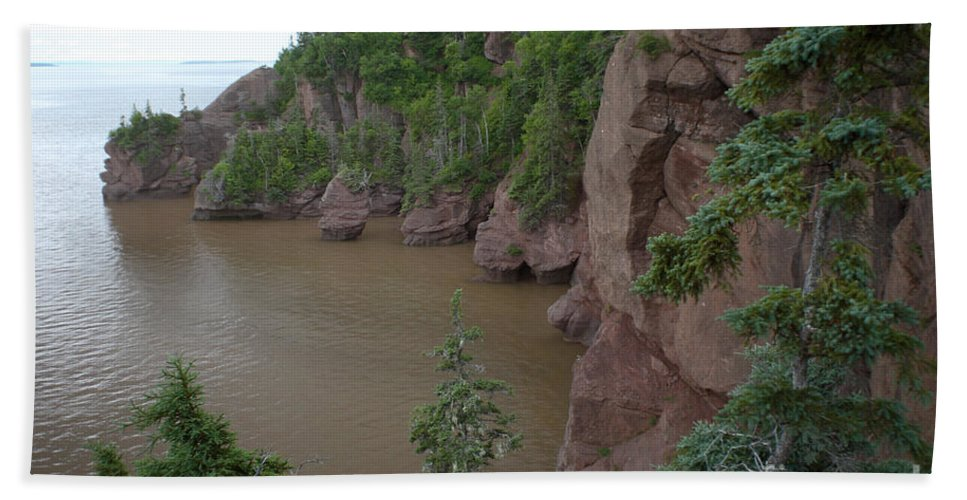 Hopewell Rocks Hand Towel featuring the photograph Seastacks At Hopewell Rocks by Ted Kinsman