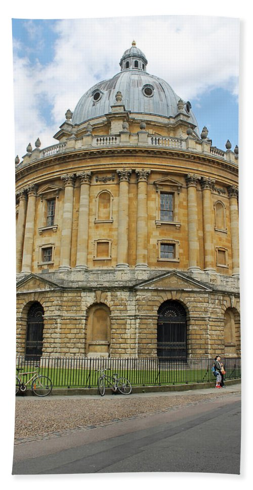 Oxford Hand Towel featuring the photograph The Radcliffe Camera by Tony Murtagh