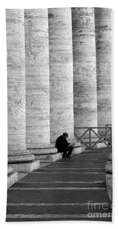 Columns Bath Sheet featuring the photograph The Reader Amidst The Columns Bw by Mike Nellums
