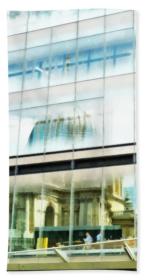 St Pauls Hand Towel featuring the photograph The Restaurant With A View Of St Pauls Cathedral by Steve Taylor