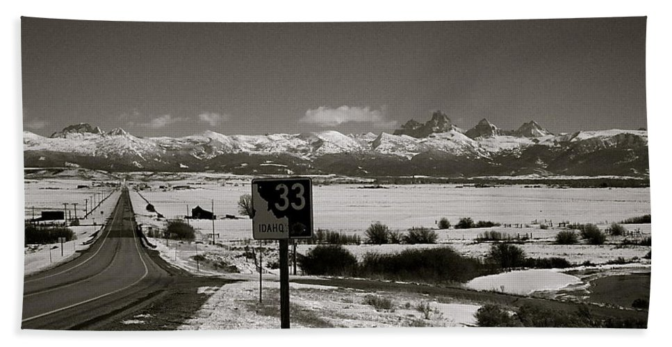 Highway Hand Towel featuring the photograph The Road Home by Eric Tressler