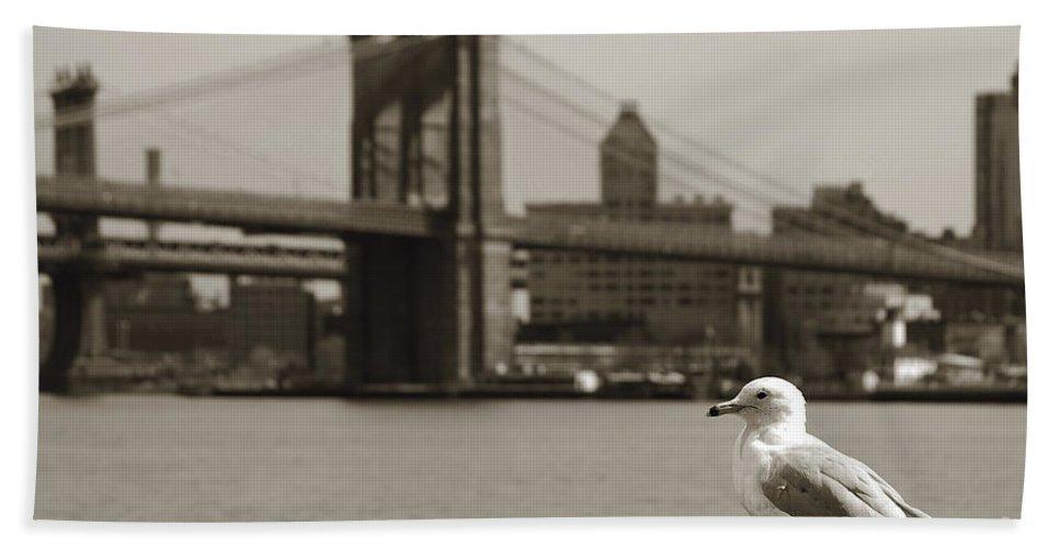 Newyork08 Bath Sheet featuring the photograph The Seagull Of The Brooklyn Bridge by RicardMN Photography
