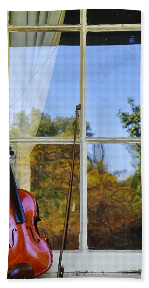Violin Hand Towel featuring the photograph Violin On A Window Sill by Bill Cannon