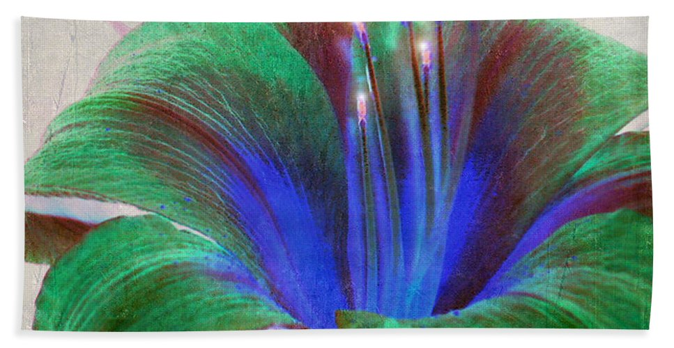 Floral Art Hand Towel featuring the photograph When Irish Eyes are Smiling by Patricia Griffin Brett