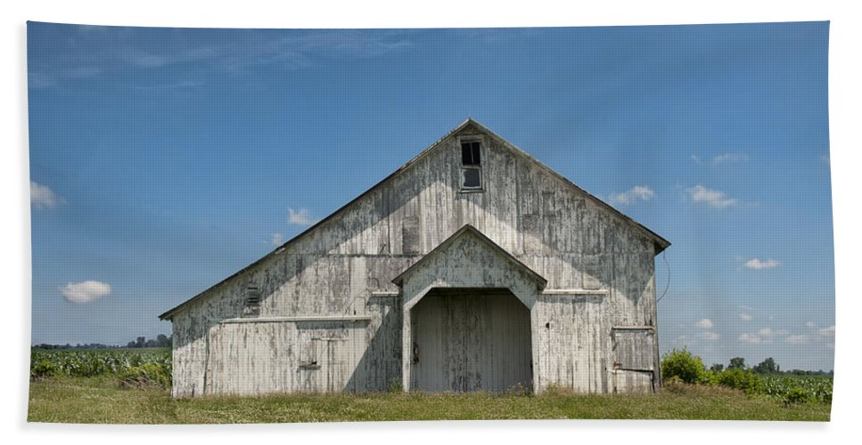 Barn Bath Sheet featuring the photograph Whte Barn by David Arment