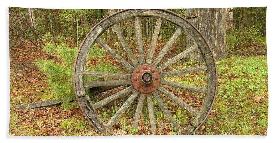 Antique Hand Towel featuring the photograph Wood Spoked Wheel by Sherman Perry