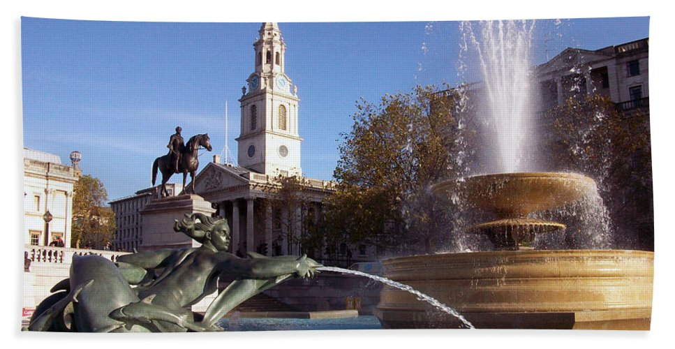 Trafalgar Square Hand Towel featuring the photograph London - Trafalgar Square by Munir Alawi