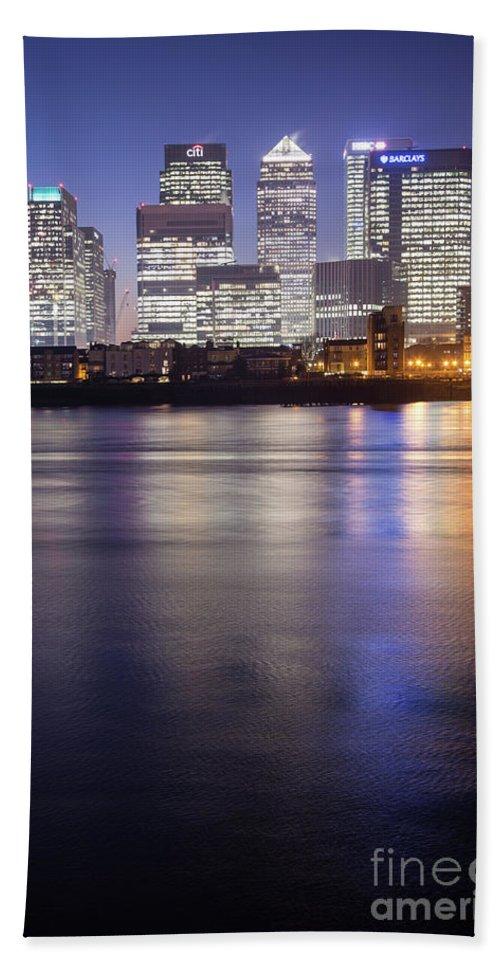 London Bath Sheet featuring the photograph Canary Wharf London by Mariusz Czajkowski