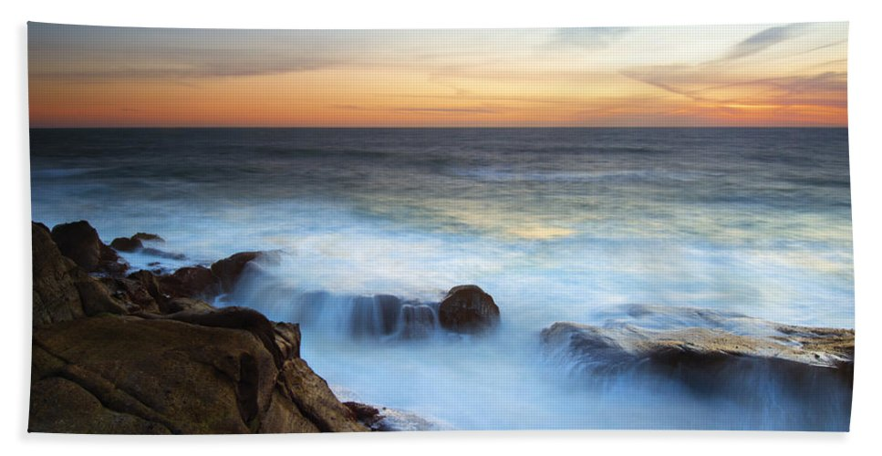 Depoe Bay Hand Towel featuring the photograph Filling The Cracks by Mike Dawson