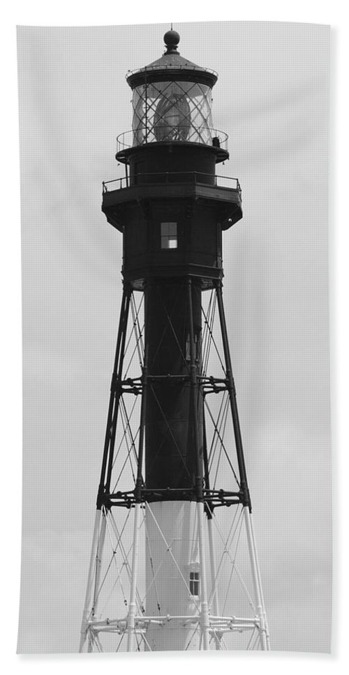 Landscape Bath Towel featuring the photograph Lighthouse by Rob Hans