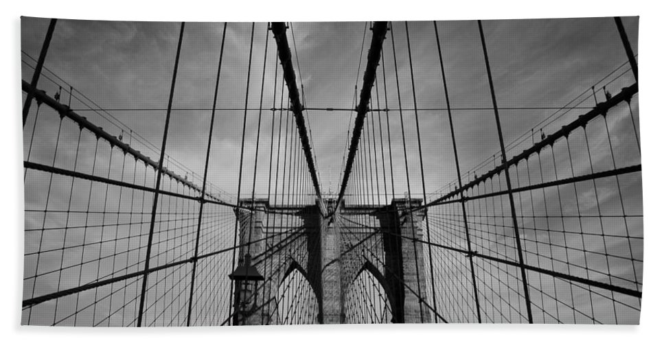 Black And White Bath Sheet featuring the photograph New York City - Brooklyn Bridge by Thomas Richter