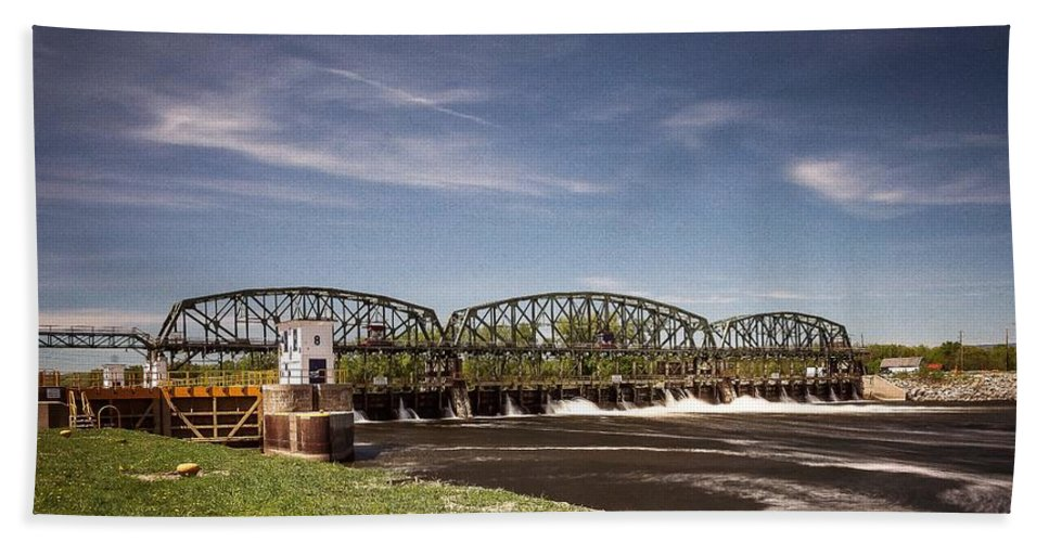 Schenectady Lock 8 Bath Towel featuring the photograph Schenectady Lock 8 by George Fredericks
