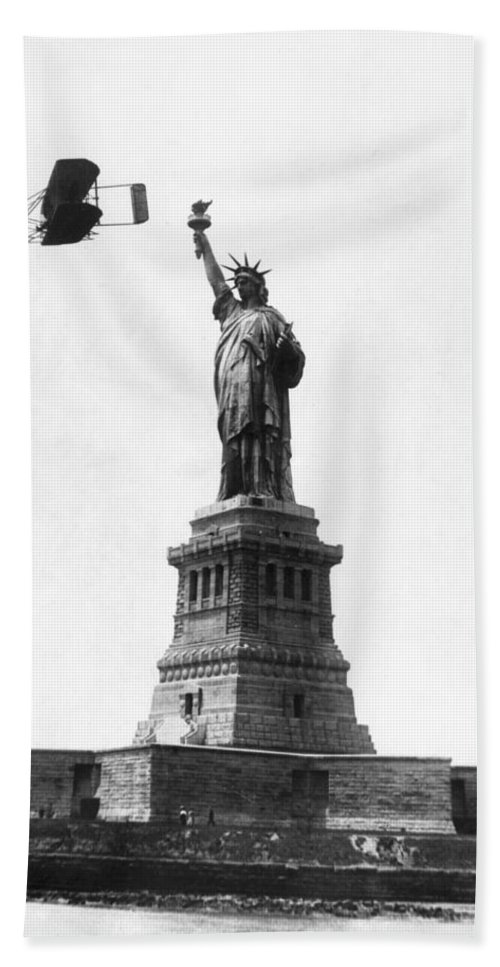 1909 Bath Sheet featuring the photograph Statue Of Liberty, 1909 by Granger