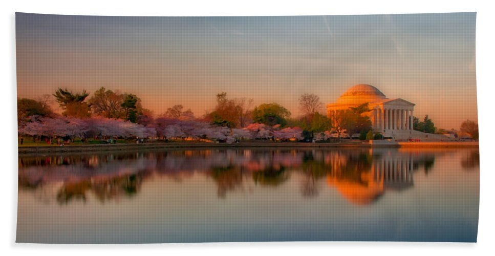 American Kiwi Photo Hand Towel featuring the photograph The Morning Glow by Mark Dodd