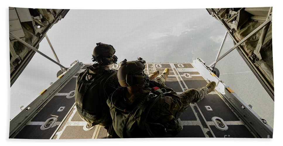 Exercise Emerald Warrior Bath Sheet featuring the photograph U.s. Army Green Berets Wait To Jump by Stocktrek Images