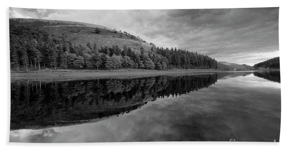 Autumn Hand Towel featuring the photograph Autumn Derwent Reservoir Derbyshire Peak District by Dave Porter