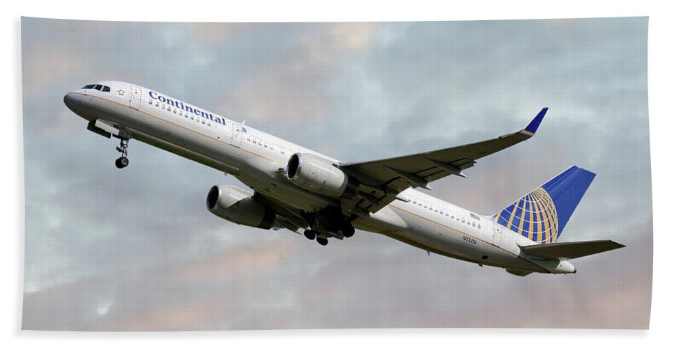 United Airlines Hand Towel featuring the photograph United Airlines Boeing 757-224 by Smart Aviation