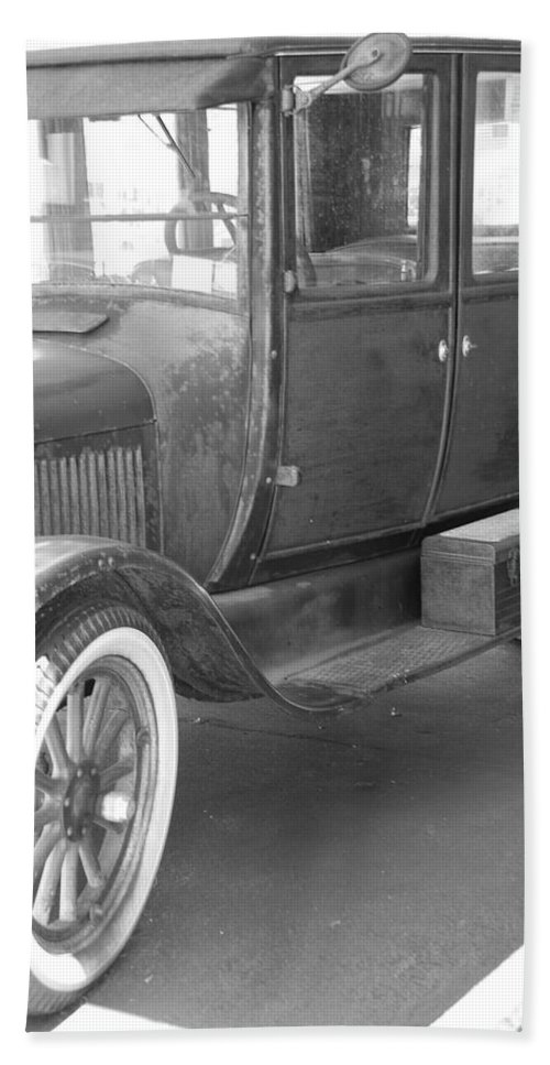 Black And White Bath Sheet featuring the photograph 1926 Model T Ford by Rob Hans