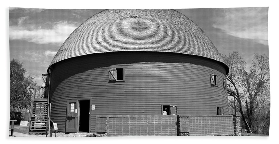 66 Bath Sheet featuring the photograph Route 66 - Round Barn by Frank Romeo