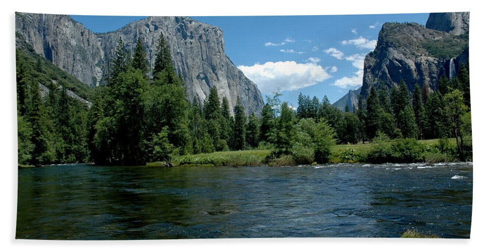 Usa Bath Sheet featuring the photograph Yosemite Valley View by LeeAnn McLaneGoetz McLaneGoetzStudioLLCcom