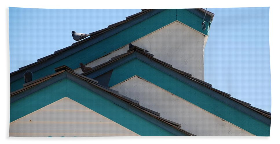 Birds Bath Towel featuring the photograph 3 Roofs by Rob Hans