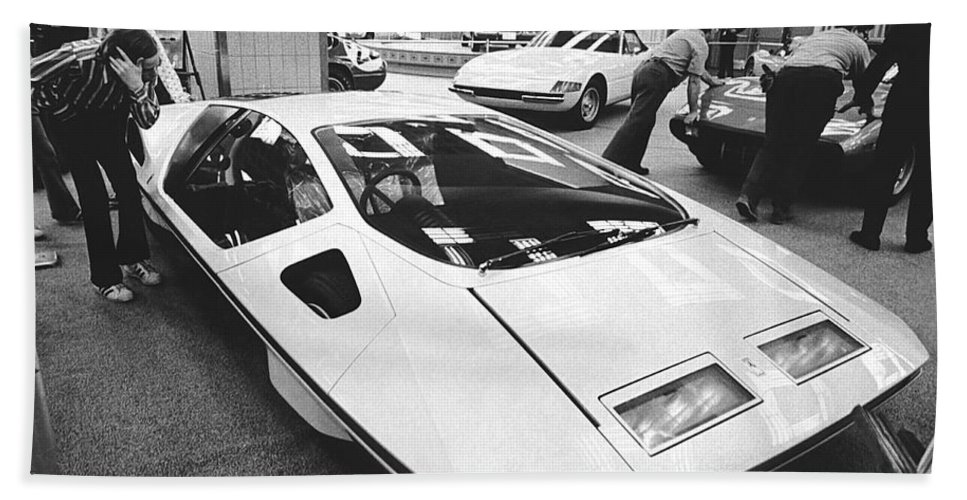 1970's Hand Towel featuring the photograph A Ferrari Modulo At Auto Show by Underwood Archives