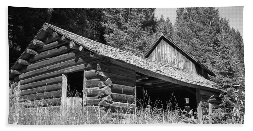 Cabin Bath Towel featuring the photograph Abandoned Homestead by Richard Rizzo