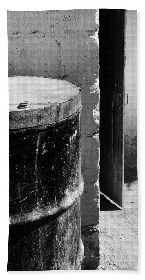 Skip Hunt Bath Towel featuring the photograph Agua by Skip Hunt
