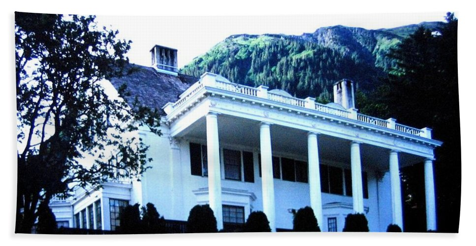 Alaska Bath Towel featuring the photograph Alaska Governors Mansion by Will Borden