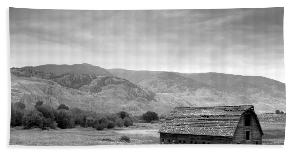 Landscape Hand Towel featuring the photograph An Old Barn by Mark Alan Perry