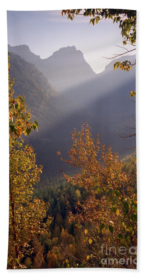 Mountains Bath Towel featuring the photograph Autumn At Logan Pass by Richard Rizzo
