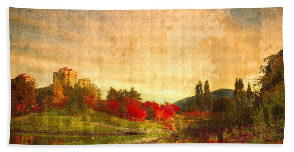 Kelowna Hand Towel featuring the photograph Autumn In The City 2 by Tara Turner