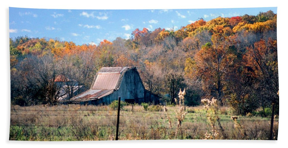 Landscape Bath Towel featuring the photograph Barn In Liberty Mo by Steve Karol