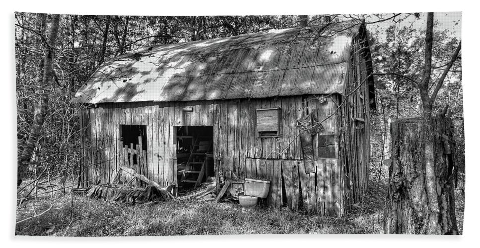 Rural Arkansas Bath Sheet featuring the photograph Barn In The Ozarks B by John Myers