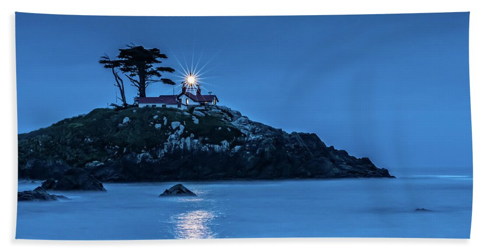Battery Point Lighthouse Bath Sheet featuring the photograph Battery Point Lighthouse by George Buxbaum